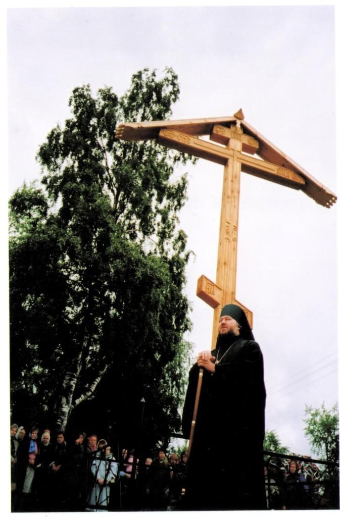 3 владыка у поклонного креста.jpeg